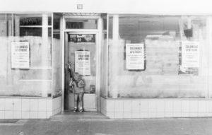 Miriam Oster vor der Columbus Apotheke - 1970
